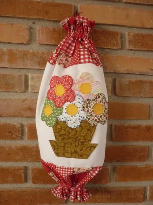 Puxa saco de tecido feita com aplique de flores