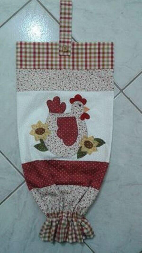 Puxa saco diferente de tecido com aplique de galinha