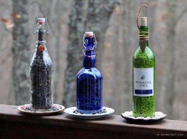 Crie com a técnica de artesanato com garrafa de vidro um lindo suporte de comida para pássaros