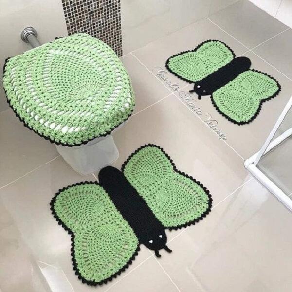 Tapete de crochê utilizado como enfeite para banheiro pequeno