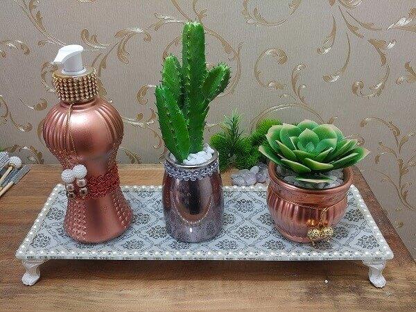 Vaso de cerâmica com suculentas para compor a decoração do banheiro