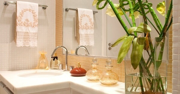 Vaso de flor decorativo utilizado como enfeites para banheiro