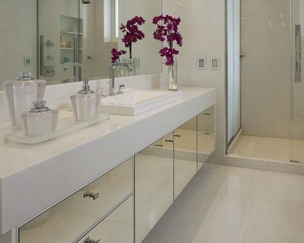 Vaso de flores encantam se utilizadas como enfeites para banheiro