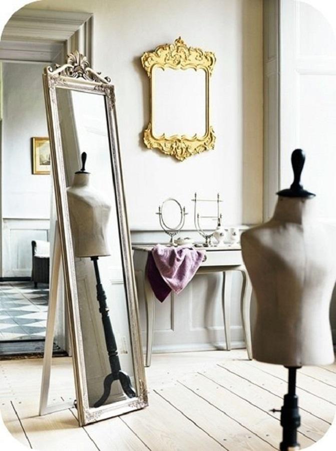 ambiente decorado com modelos diferentes de espelho provençal Foto Design & Gaver