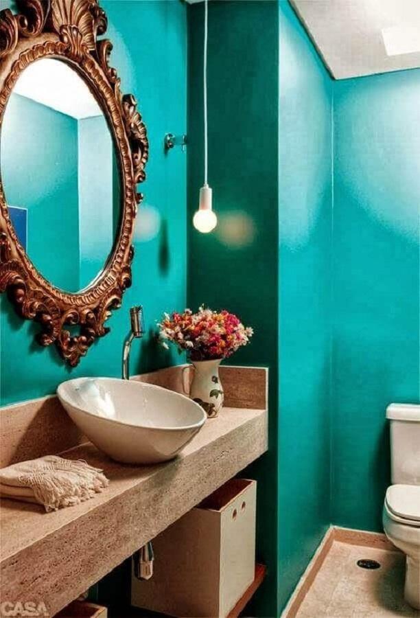 banheiro decorado com espelho provençal redondo e parede verde  Foto Casa Decorar