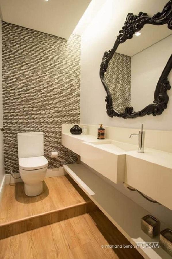 banheiro moderno decorado com espelho com moldura provençal preta Foto A Casaa