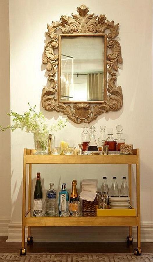 barzinho pequeno decorado com espelho provençal de madeira  Foto Correia Construtora e Incorporadora