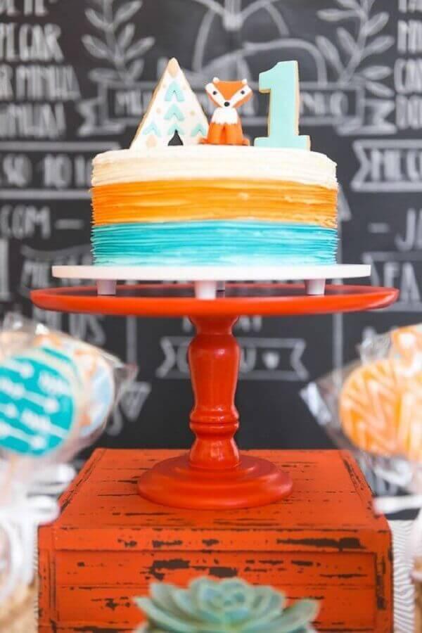 bolo de festa de aniversário decorado com mini raposa no topo  Foto Blog Encontrando Ideias