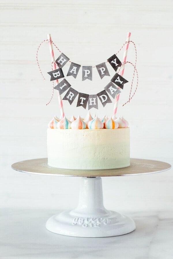 bolo de festa de aniversário simples decorado com plaquinhas no topo  Foto Rue de la Brocante