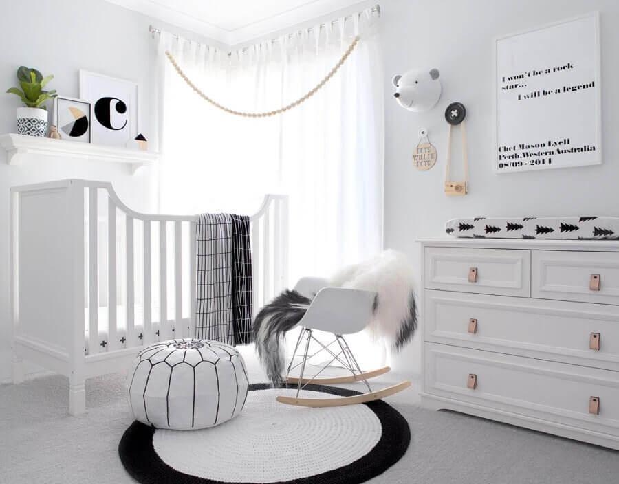 cadeira de amamentação com balanço para quarto de bebê branco e preto Foto West Stanton