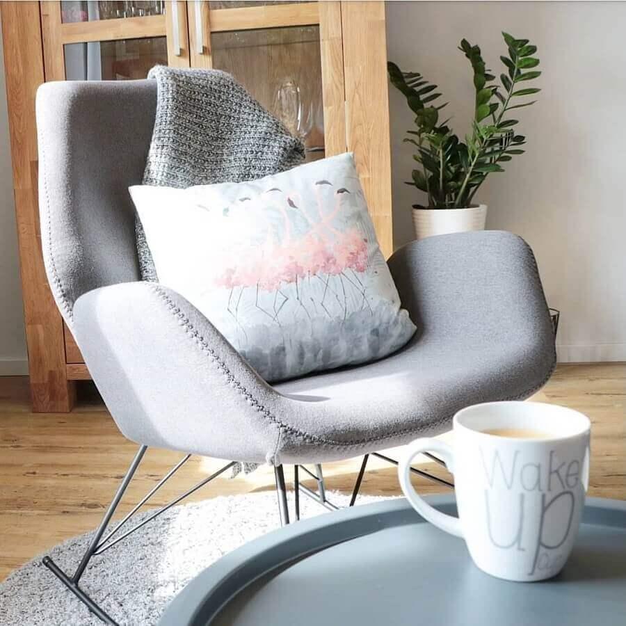 cadeira de balanço moderna com estofado cinza e pernas de ferro Foto Anna