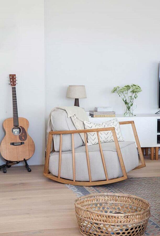 cadeira de balanço moderna feita em madeira Foto Avenue Lifestyle