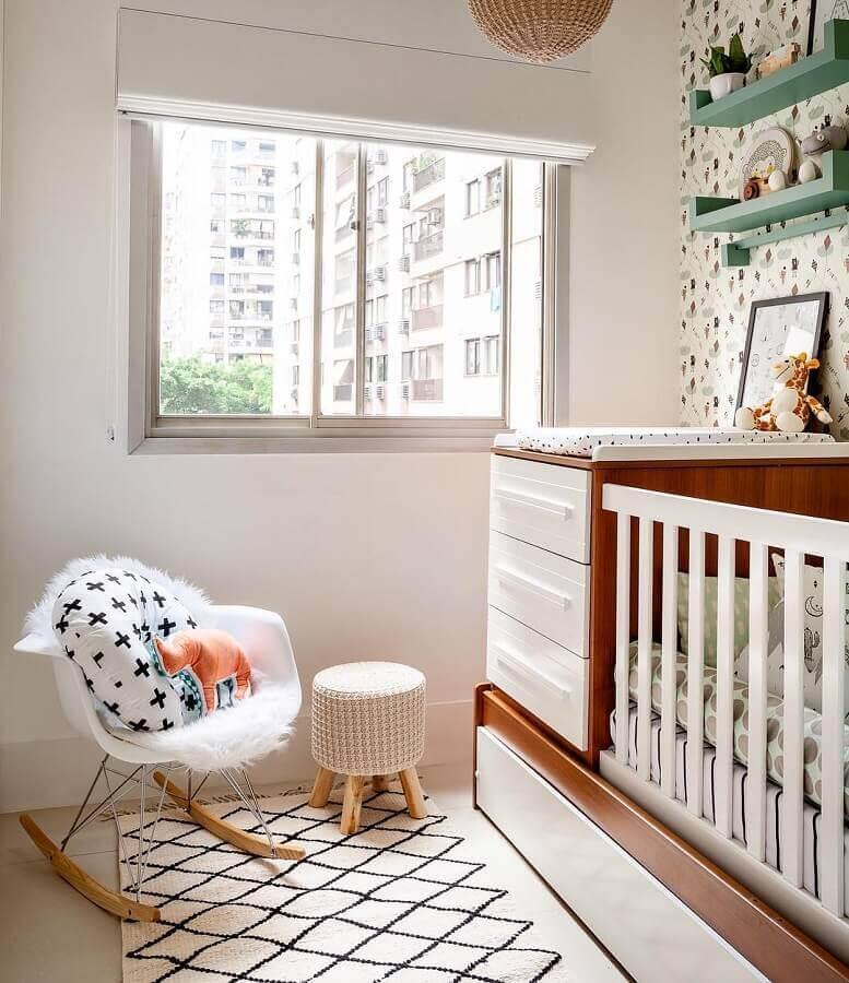 cadeira de balanço para quarto de bebê decorado com prateleiras verde e berço de madeira Foto Ester Monteiro Arquitetura