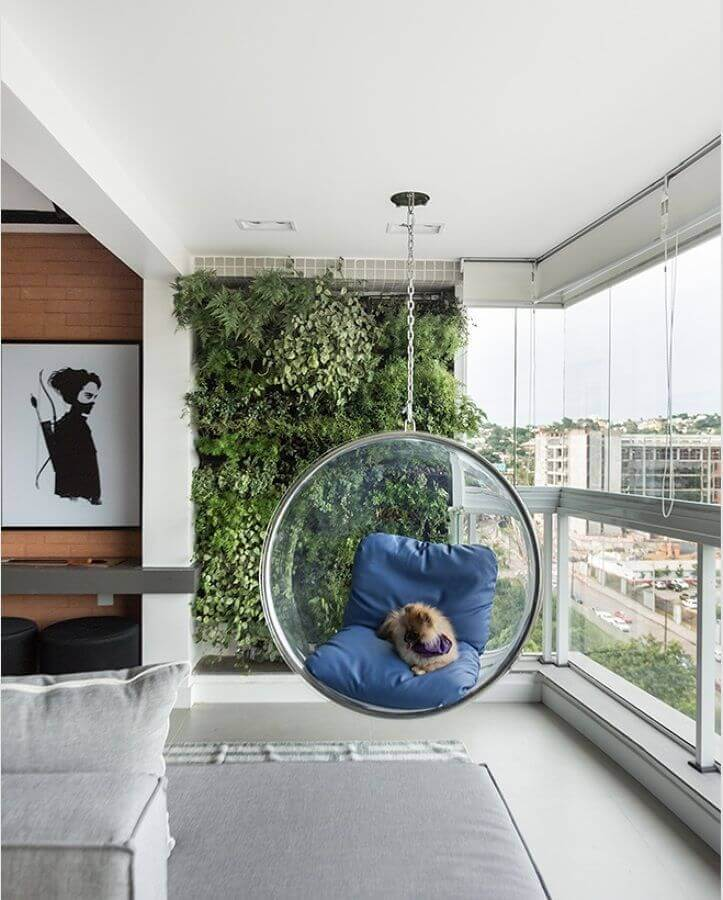 cadeira de balanço para varanda moderna decorada com jardim vertical Foto Pinterest