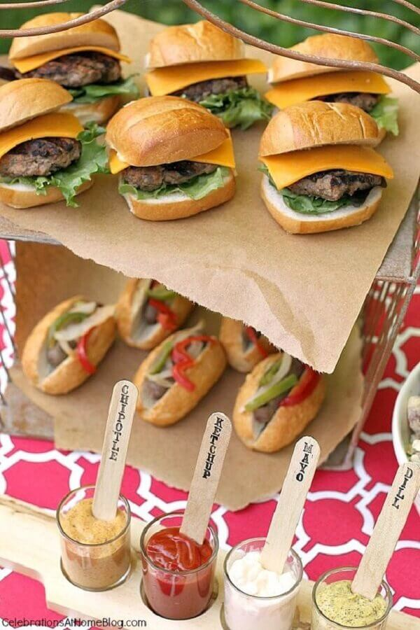comidas para festa de aniversário com mini sanduíches  Foto Soy Carmín