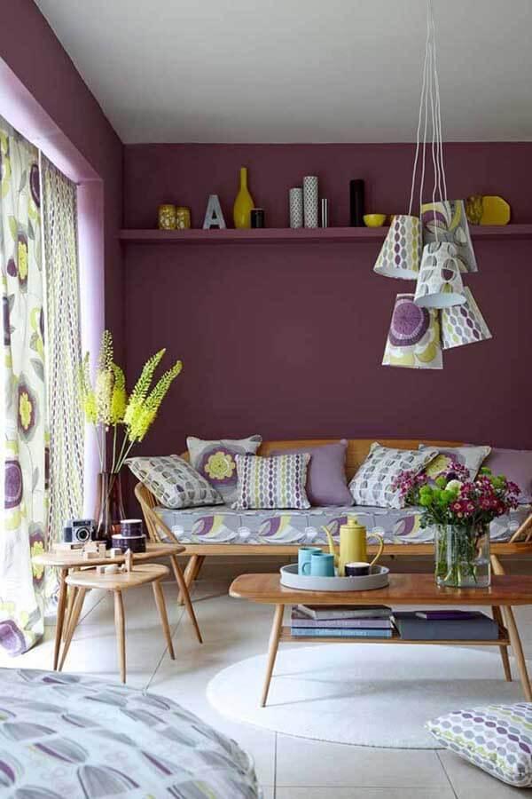 cor lilás decora sala de estar