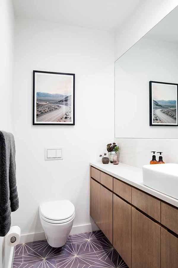 cor lilás no piso do banheiro