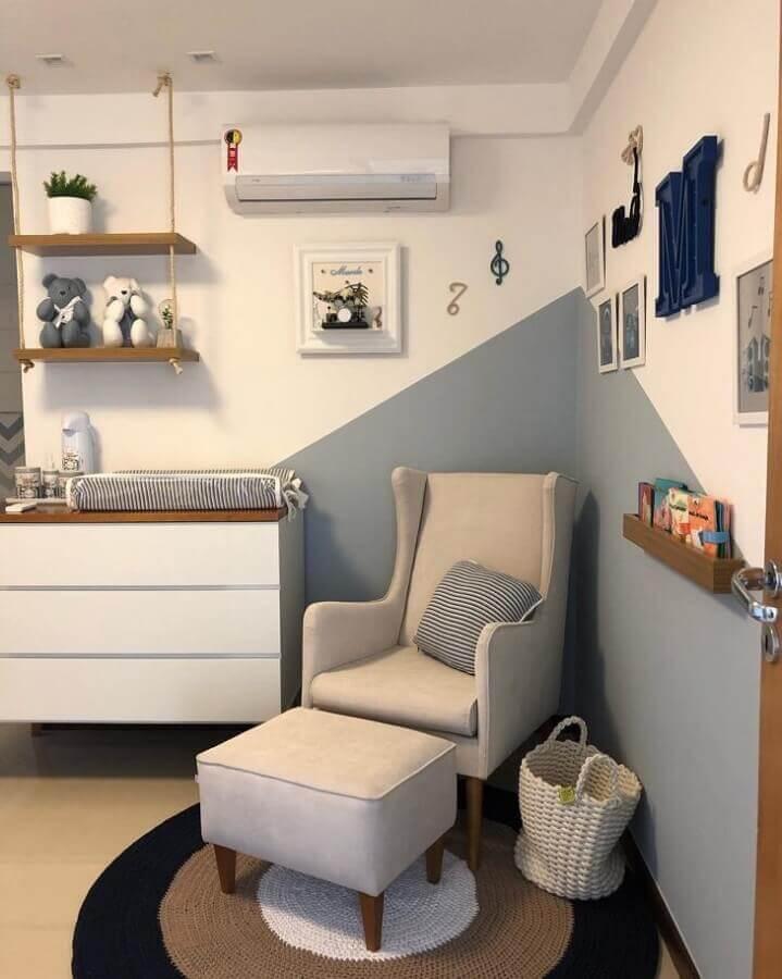 decoração azul e branco com prateleira de madeira para quarto de bebê Foto Blog da Giovanna