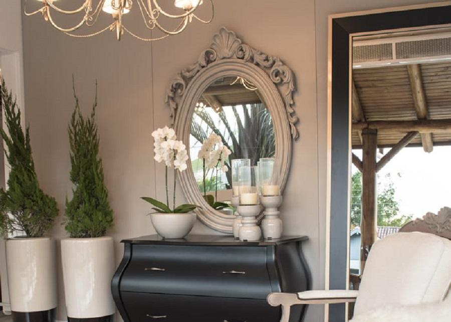 decoração clássica com espelho provençal branco e cômoda preta Foto  Chateau Blanc