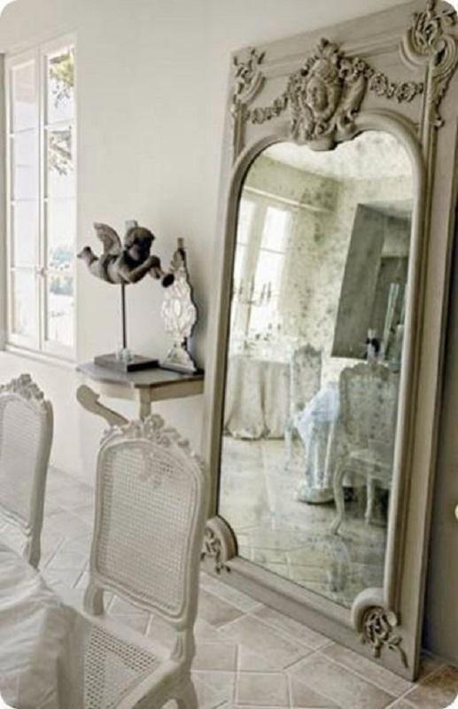 decoração clássica com espelho provençal grande para sala de jantar  Foto Eye For Design