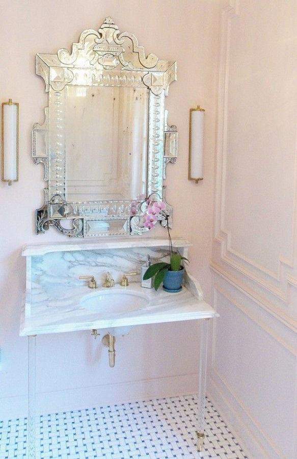 decoração clássica para banheiro todo branco com torneira dourada e espelho provençal  Foto Pinterest