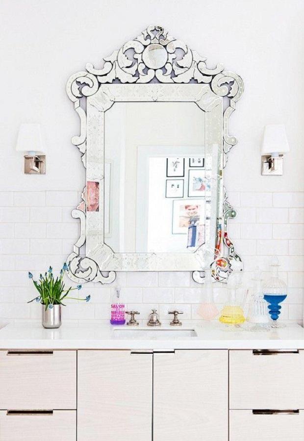 decoração clean para banheiro com espelho provençal  Foto Dcasas