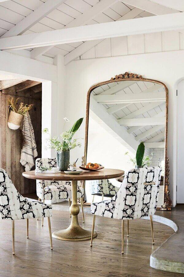 decoração clean para sala de jantar com espelho provençal grande Foto BYKir Design