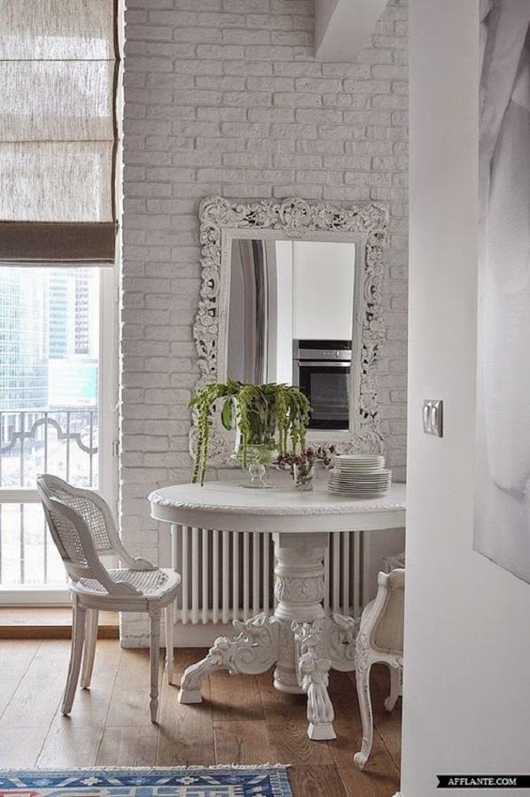 decoração clean para sala de jantar com parede de tijolinho e espelho provençal branco  Foto AFFlante