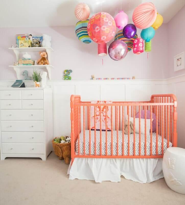 decoração com berço rosa e prateleira para quarto de bebê branco Foto Realtor