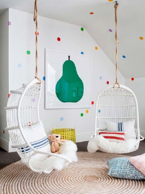 decoração com cadeira de balanço suspensa infantil Foto MiCasa