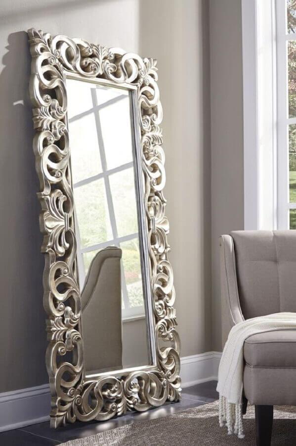 decoração com espelho provençal grande apoiado na parede  Foto The Classy Home
