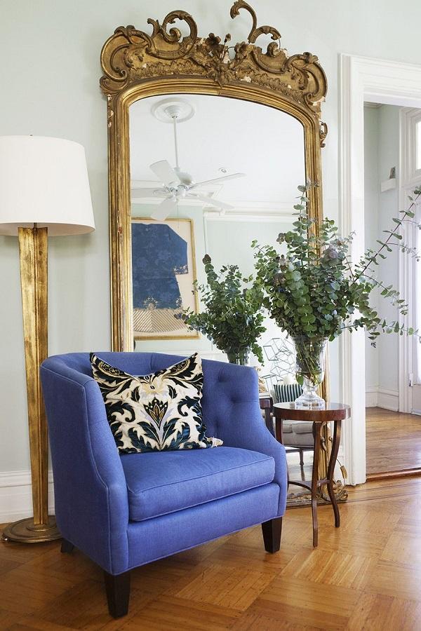 decoração com espelho provençal grande dourado e poltrona azul  Foto French Decor