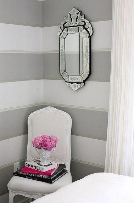 decoração com papel de parede listrado e espelho provençal espelhado  Foto Home Decor