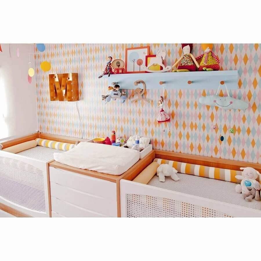 decoração com prateleira com gancho para quarto de bebê Foto Pinosy