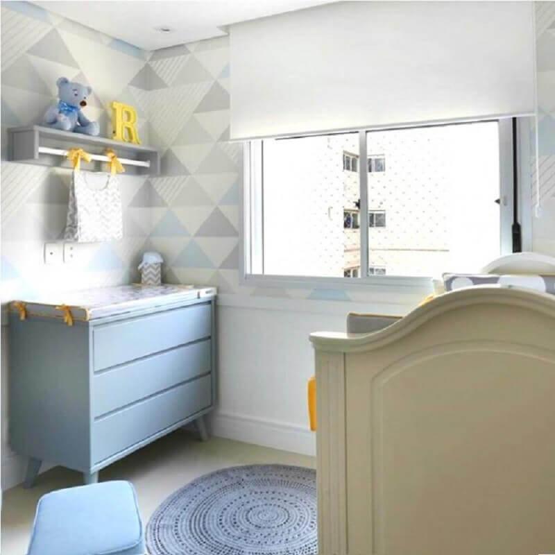 decoração com prateleira com varão para quarto de bebê com cômoda azul e tapete de crochê redondo Foto InterCasa Moveis