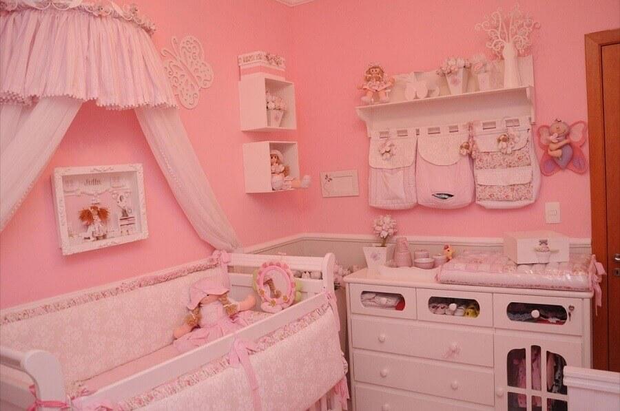 decoração com prateleira com varão para quarto de bebê todo rosa Foto Fernando de Camargo