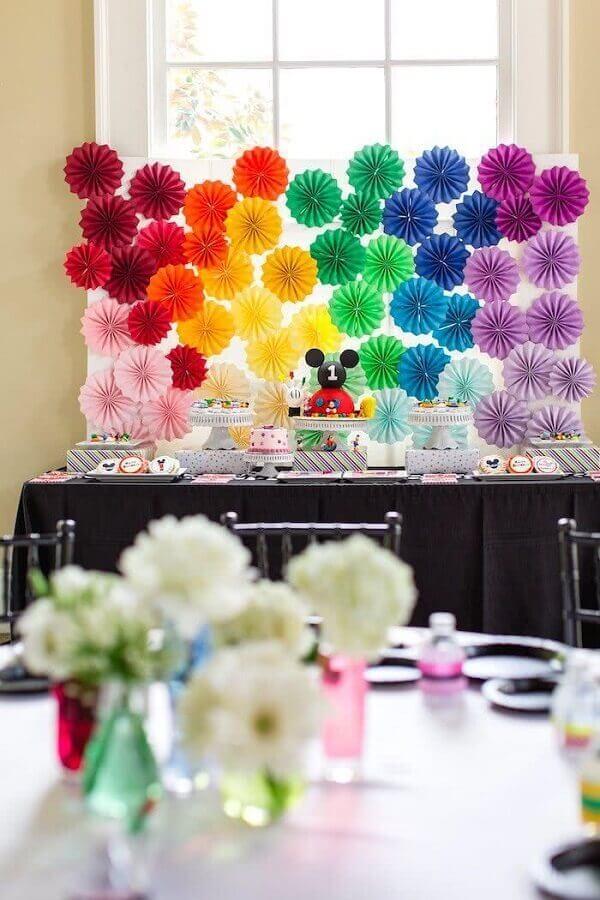 decoração de festa de aniversário com painel colorido  Foto Pinterest
