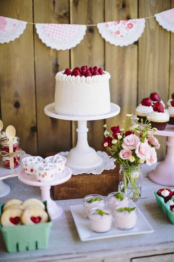 decoração de festa de aniversário vermelha e branca  Foto Weddbook