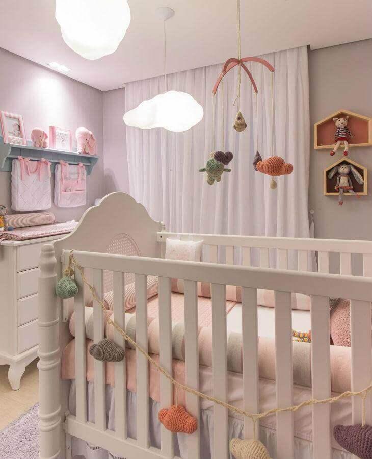 decoração delicada com nichos e prateleiras para quarto de bebê com lustre de nuvem Foto Vamos Mamães