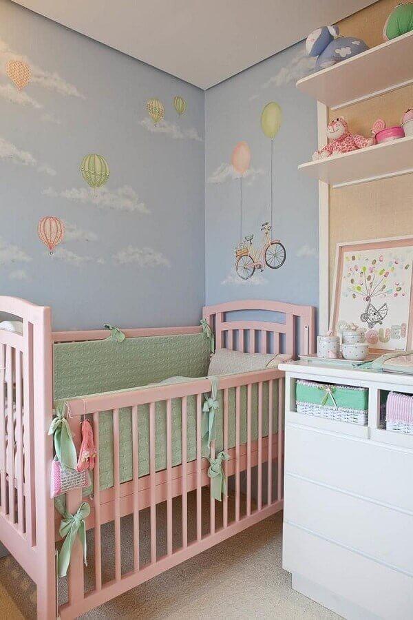 decoração delicada para quarto azul e rosa com papel de parede infantil e berço rosa Foto Lucia Tacla