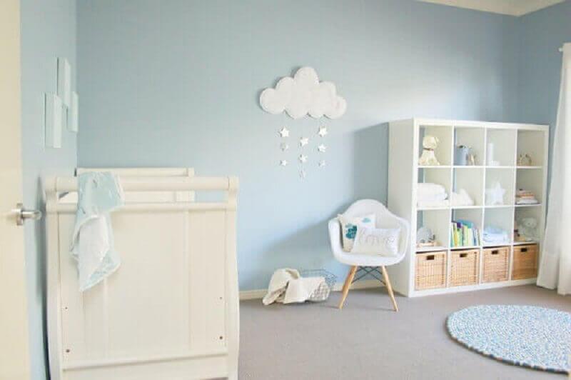 decoração delicada para quarto de bebê azul e branco com tapete de crochê redondo Foto Pinterest