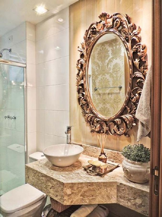 decoração em tons neutros para banheiro com espelho provençal Foto Casa Décor e Viagens