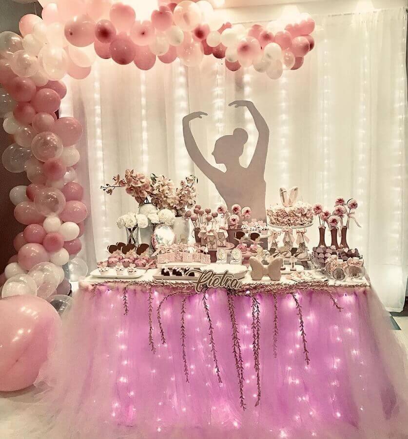 decoração festa bailarina com pisca pisca embaixo da saia de tutu em volta da mesa Foto Doce de laço