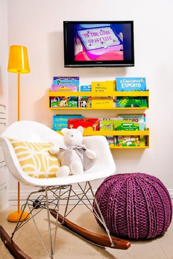 decoração infantil com puff roxo e cadeira de balanço eames Foto Pinterest
