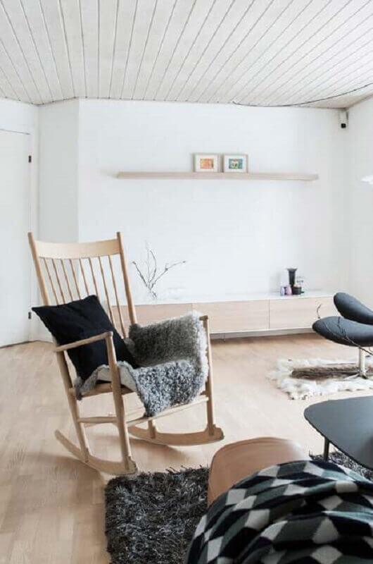 decoração minimalista para sala com cadeira de balanço de madeira Foto Neu dekoration stile