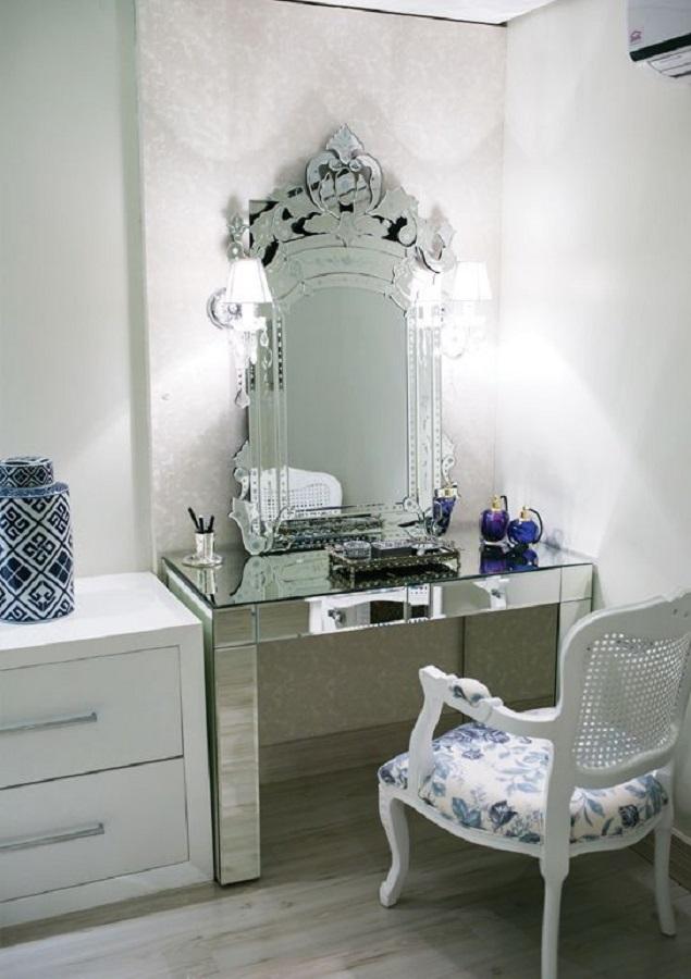 decoração moderna com espelho moldura provençal espelhada  Foto Pinterest