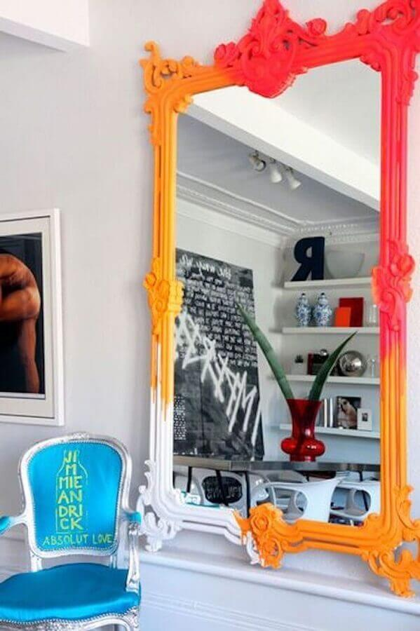 4. Quer colocar um ponto de cor no ambiente? Invista em um espelho com moldura provençal colorida - Foto: Pinterest