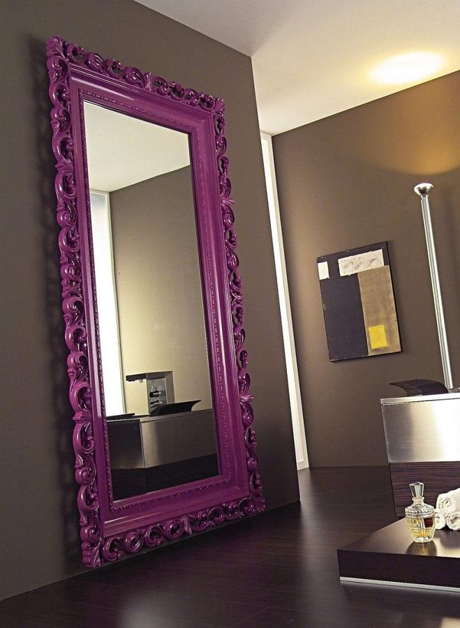 decoração moderna com espelho provençal grande com moldura roxa  Foto Yandex