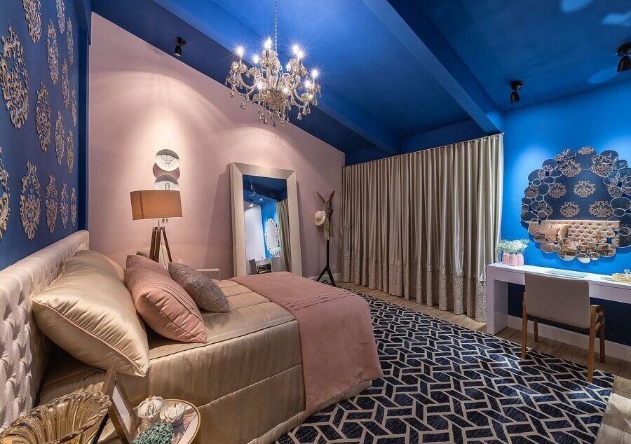 decoração moderna para quarto azul e rosa com lustre de cristal Foto Morar mais por menos
