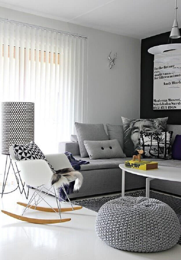 decoração moderna para sala cinza com cadeira de balanço eames Foto Mad for Modern